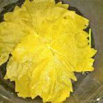 Форма, выстеленная листьями