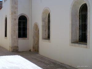 Небольшой дворик за храмом