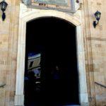 Главный вход Храма Святого Апостола Тита и памятная табличка