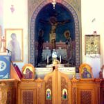 Распятие изображено прямо в нише, рядом с мощами Святого апостола Тита