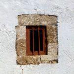 Маленькое окно с решеткой