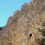 Кладка и отверстия в стенах крепости Платамонас
