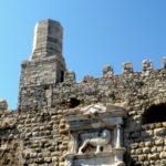 Кладка стены, зубцы и башня крепости Кулес