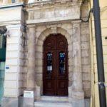 Вход в здание с колоннами