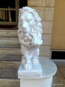 Скульптура льва у входа