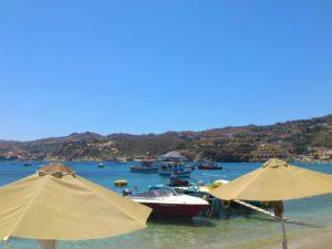 Агия Пелагия, зонтики и лодки