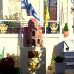 Миниатюрный храм во дворе