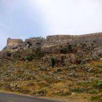 Крепостная стена параллельно дороге