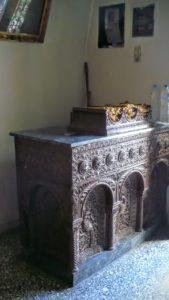 Свечной столик резного дерева в храме Св. Антония