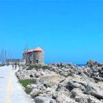 Три сохранившиеся ветряные мельницы в порту Мандраки