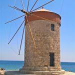 Лопасти ветряной мельницы в порту Мандраки