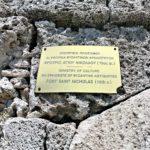 Памятная табличка на стене памятника истории форта Св. Николая в Родосе