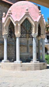 Беседка внутри крытого дворика Благовещенского Собора в Родосе