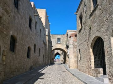 Улица Рыцарей в старом городе Родоса