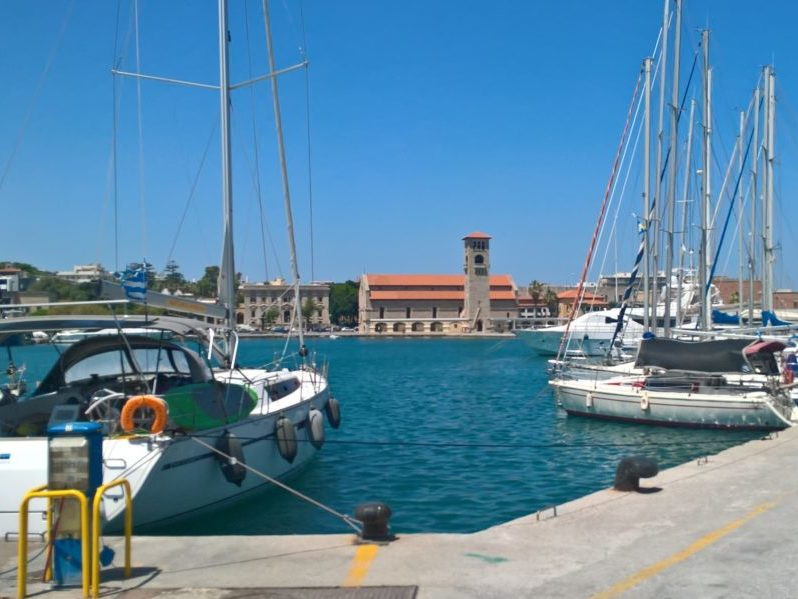 Вид с мола на другой берег гавани Мандраки