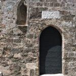 Вход в Храм Святой Троицы с мраморной табличкой над ним