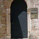 Главный вход в Храм Святой Троицы на улице Рыцарей