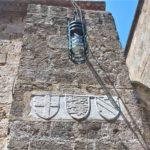 Фонарь и мраморные гербы Храма Святой Троицы