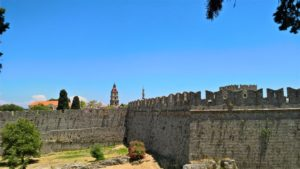 Вид на башню из-за крепостных стен