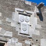 Три герба на фасаде Гостевого дома Святой Екатерины