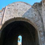 Арочный свод и ниша боковой стены храма Богородица Бурго