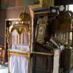 Аналой резного дерева с иконой Богородицы