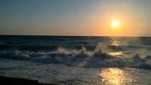 Волны Эгейского моря на пляже Псаропула