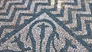 Узор из морской гальки перед Собором Введения во храм Пресвятой Богородицы