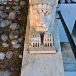 Грифон с головой льва у ворот храма