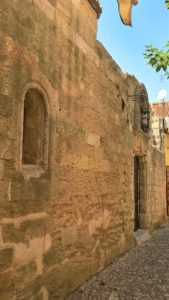 Вход в Храм Святой Параскевы в Родосе