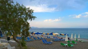 Берег, зонтики и шезлонги пляжа Элли