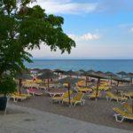 Пляж Псаропула оборудован зонтиками и шезлонгами