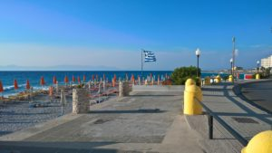 Греческий флаг над пляжем Псаропула