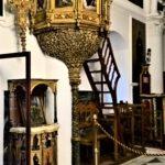 Резное позолоченное украшение с иконами на колонне