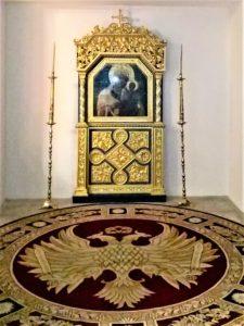 Икона Богородицы с Младенцем в резном позолоченном киоте