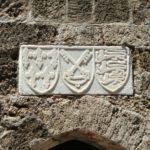 Мраморные гербы над входом в Храм Святой Троицы