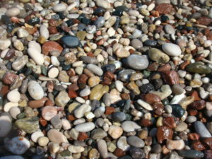 Мелкая цветная галька на берегу мыса Родоса
