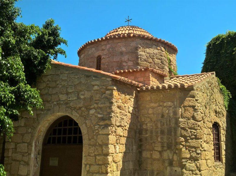 Старинный храм крестово-купольного типа в Родосе