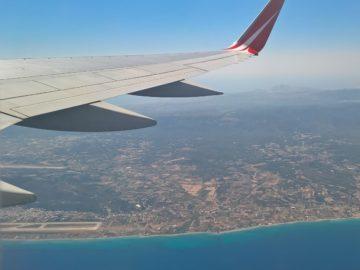 Самолет в небе над Грецией