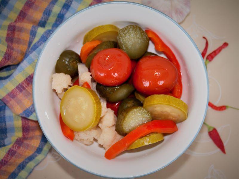 Соленые овощи ассорти