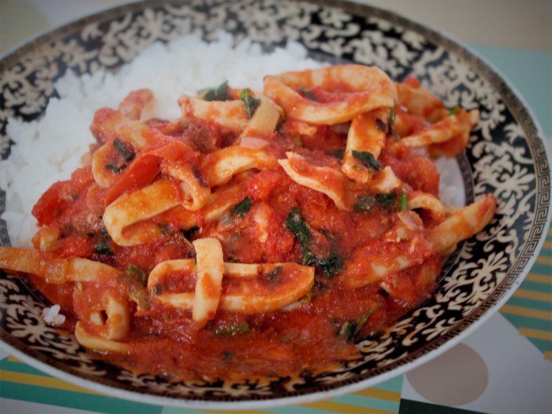 Кальмары в томатном соусе - фото